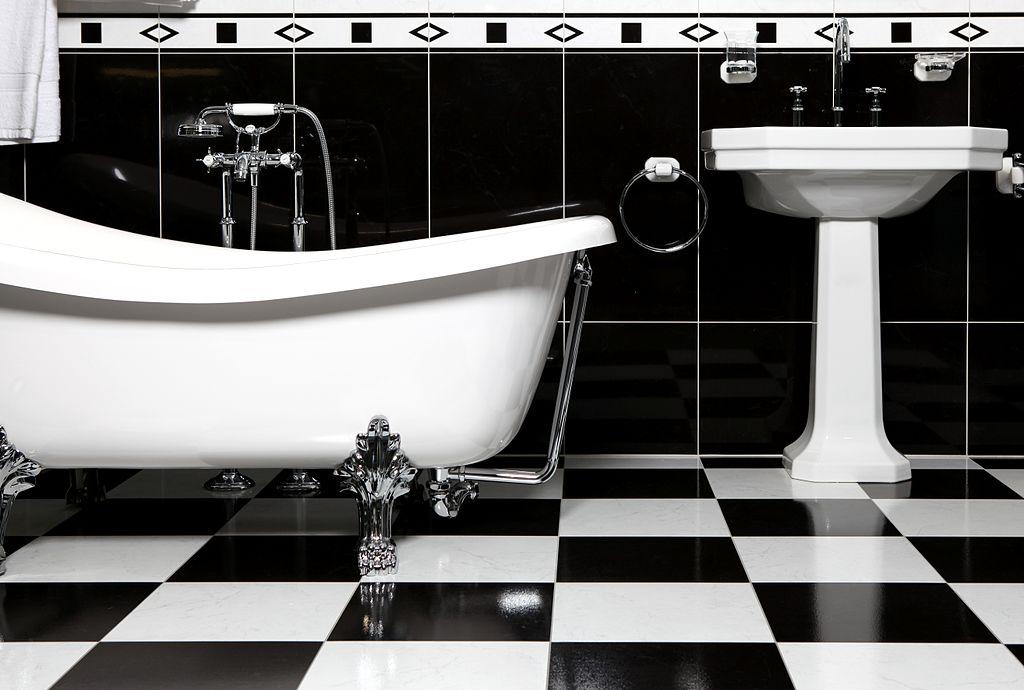 1024px-Bathroom_with_bathtube.jpg